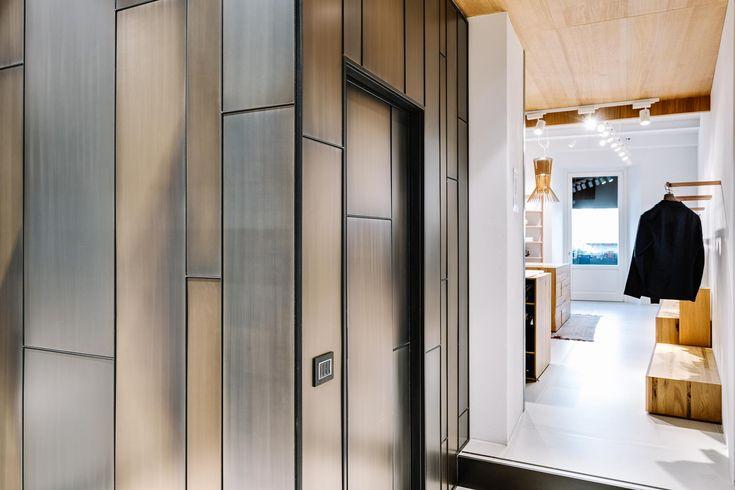 Pareti rivestite in metallo (finitura nichel satinato, chiaro e scuro) per negozio abbigliamento  #arredonegozi #paretimetallo #acciaio