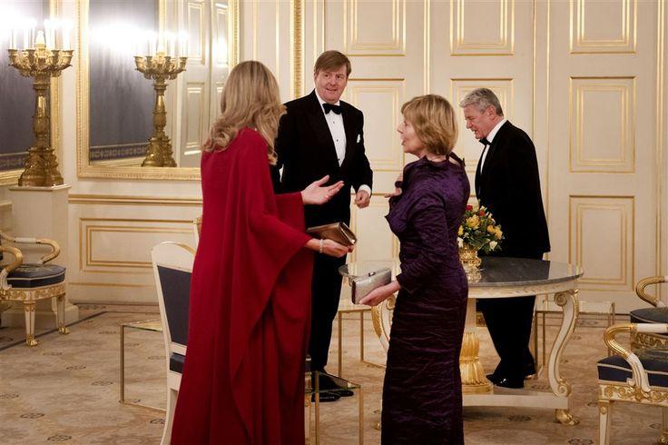 """DEN HAAG - """"De cirkel is rond."""" Dat zei de Duitse bondspresident Joachim Gauck maandagavond voor het diner dat koning Willem-Alexander en koningin Máxima hem aanboden in Paleis Noordeinde. Gauck is op afscheidstournee. Zondag wordt in Berlijn een nieuwe president gekozen."""