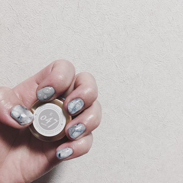 . セルフネイル💅💕 . カラー剤で爪が染まったから 久しぶりにネイルしてみた* . 雫ネイル急に可愛く見えてやってみちゃった💘 . . #セルフネイル  #ジェルネイル  #雫ネイル  #ニュアンスネイル #グレー 大好き人間◎ . .