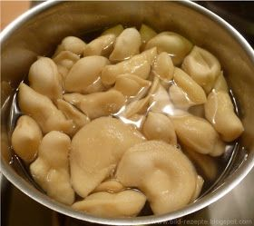 Wareniki sind kleine halbkreisförmige Teigtaschen mit den verschiedensten Füllungen-Quark, Kartoffel, Kirschen u a. Ich mache Wareniki nur ...