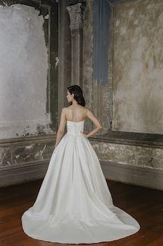 Rebecca  Silhouette: Bridal Princess Gown Neckline: Straight Sleeve: Strapless Fabric: Satin Decoration: Pleated Skirt Train: 70cm