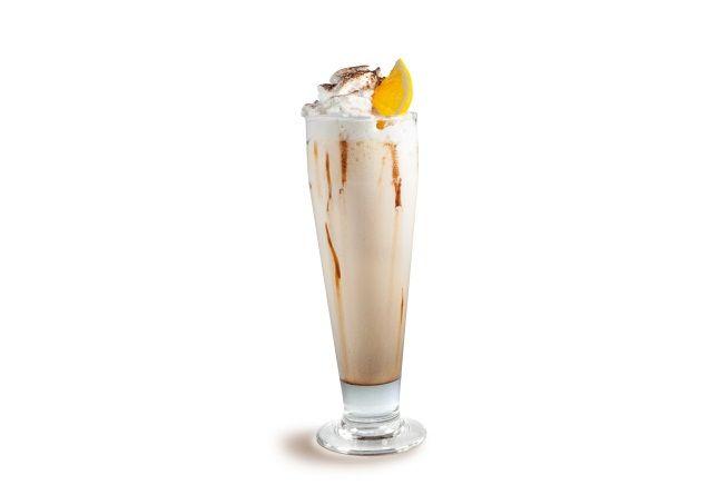 Viqtoria Summer  Dia Nacional do Café ⎜ 24 de maio  Ingredientes - 50 ml café em cápsulas Delta Q - 100 ml sumo de laranja - 50 ml de creme de leite - 7 pedras gelo - Chantili para decorar  Modo de preparo Misture todos os ingredientes na coqueteleira, agite bem, decore a taça com calda de chocolate e chantili e meia fatia de laranja.  @deltaqbrasil #café #cafe #coffee #dinacionaldocafe #drink #bebida #food #cook #receita #recipe#dessert #sobremesa #doce #food