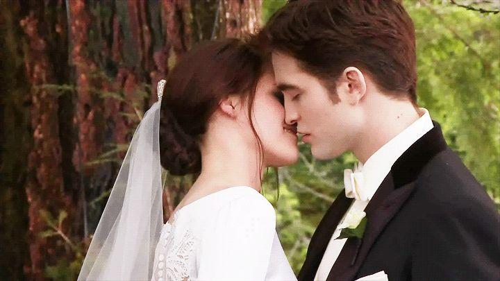 9. Robsten A gente poderia escrever um texto gigante com vários argumentos sobre a volta de Robert Pattinson e Kristen Stewart. Mas o gif abaixo diz tudo: a cena mais emocionante da saga Crepúsculo se tornaria real... Pegue o lencinho.