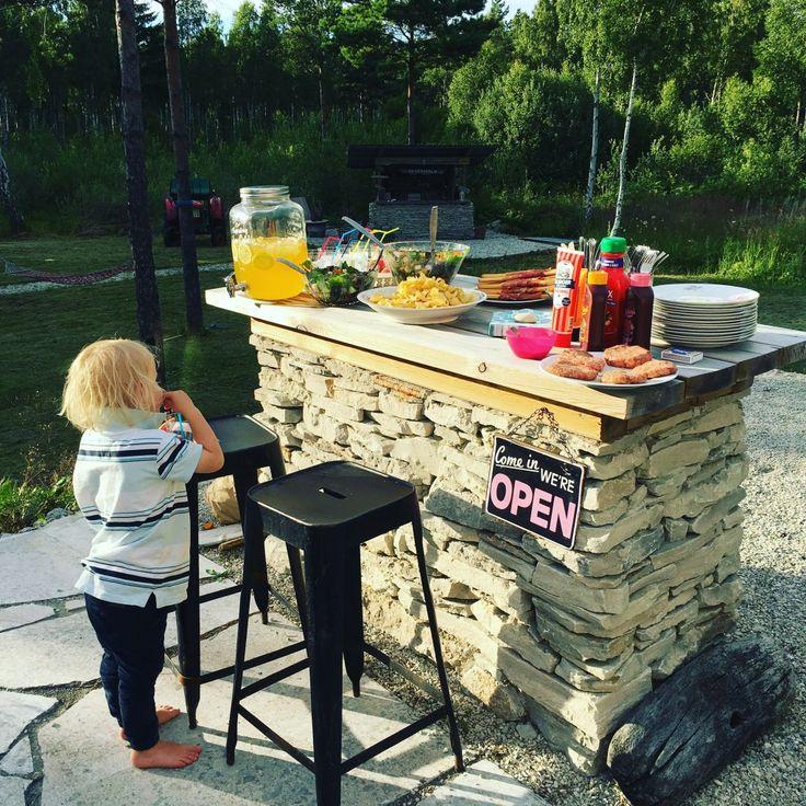Gotland, utebar, outdoor, kitchen, bar, kalksten, kalkstensflis, kalkstensgolv, sommar, sommarhus, gotlandshus, bar, stolar, barstolar, uterum,