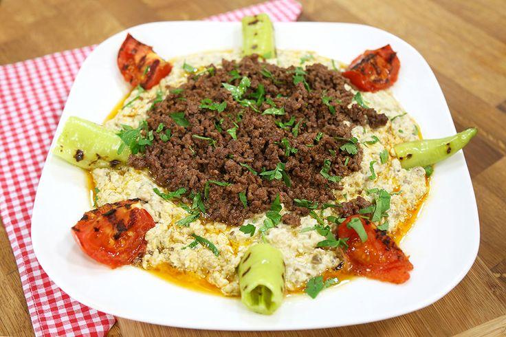 Kıymalı Ali Nazik Malzemeleri  Patlıcan için Malzemeler 4 adet patlıcan - közlenmiş 2 diş sarımsak 2 yemek kaşığı tereyağı 5 yemek kaşığı süzme yoğurt Tuz Karabiber  Kıymalı Harç için Malzemeler 2 yemek kaşığı zeytinyağı 400 gr. dana kıyma Tuz Karabiber Toz kırmızı biber  Süslemek için Malzemeler 1 adet domates 1 adet sivri biber ½ demet maydanoz – ince kıyılmış  Biber ve domatesi 4'er eşit parçaya bölün, izli tavayı ocakta ısıtın ve iz alana kadar pişirin. Patlıcanları közleyin, soyun…