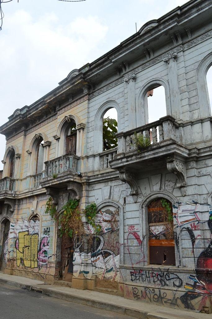 Casa paterna de Alfonso Bonilla Aragón...en la calle 5ta con carrera 10.  Si vas en carro por la Calle 5ta hacia el norte cuando vayas llegando a la 10 mira a la derecha. Ahi esta!