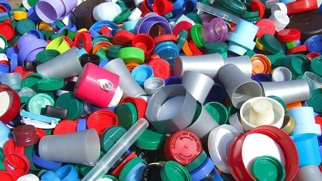 Plásticos modernos El químico estadounidense Leo Hendrik Baekeland, de origen belga, desarrolla un grupo de plásticos termo estables o resinas, comercializado más tarde con el nombre de baquelita.