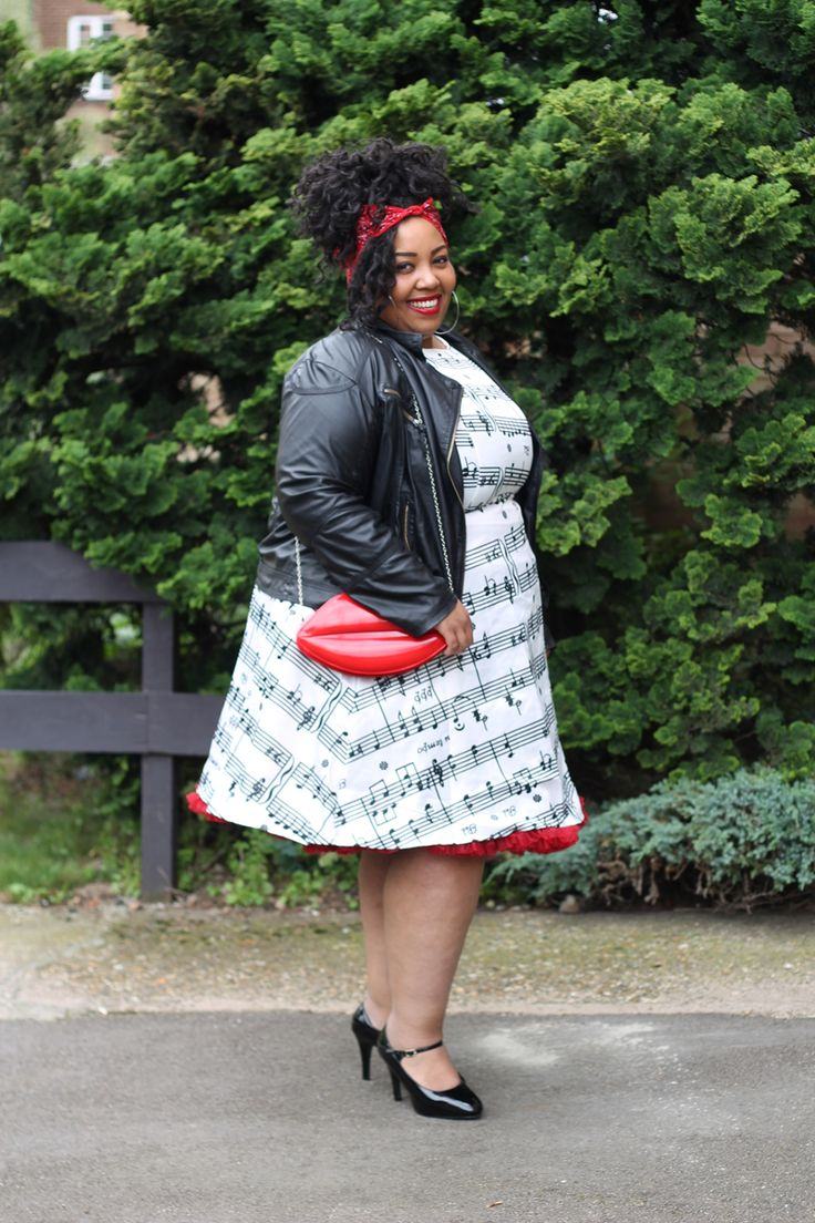 Plus Size Fashion, Girly Fashion, Plus Size Style, Plus Size Looks, Music Print Clothing, Vintage Dress, Swing Dress, Flared Dress, 1950s Dress, Rockabilly Style, Pinup Style, Vintage Fashion, Plus Size Pinup, Music Score. Clothing from Rose Gal. All Looks are reviewed on my blog at www.mayahcamara.com