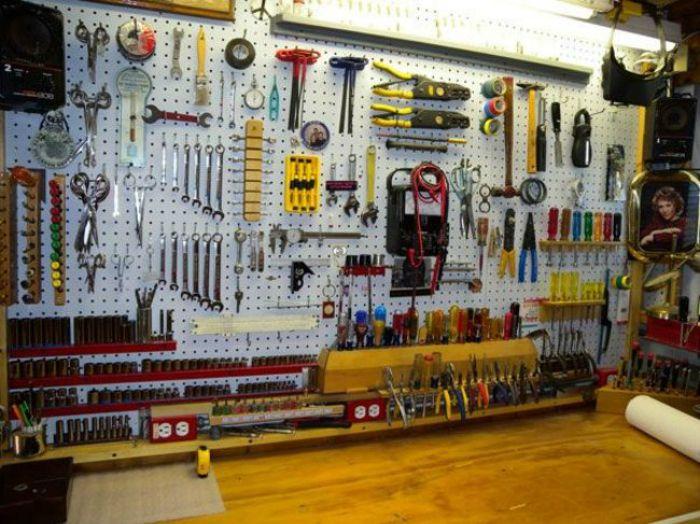 Часто гараж и домашняя мастерская совмещены, поэтому весь инструмент и расходные материалы должны иметь удобную систему хранения.