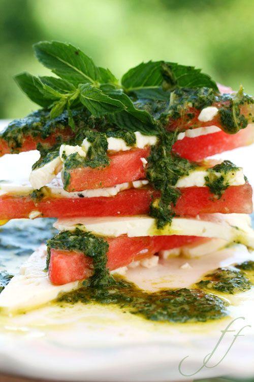 Wassermelone mit Feta und Minzpesto