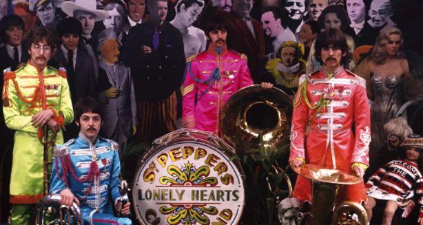 """Cette année, nous célébrons les 50 ans du mythique album des Beatles : """"Sgt Pepper's... """" et aujourd'hui, il y a 50 ans, le 30 mars 1967, les Beatles se prêtaient de bon coeur à une session photos pour la couverture de l'album.  #beatles #sgtpepper"""