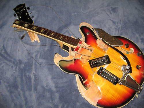 1 keer zou ik na een optreden gewoon een goedkope gitaar nemen, eerst wat tokkelen en ze daarna helemaal stuk slaan.
