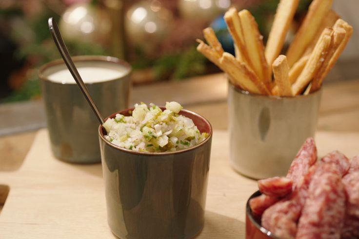 Een portie gemengd bestaat op café meestal uit wat blokjes kaas en salami. Jeroen maakt een moderne versie met een romige kaasdip en pittige salsa.