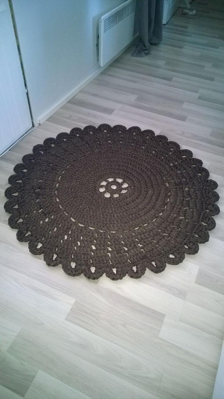 Virkattu matto, mallina juhannusruusu, jota hieman sovelsin.