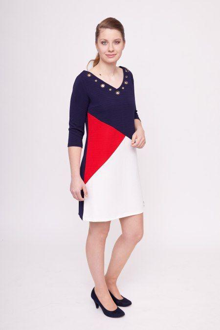Dit navy-kleurige jurkje van Smash! heeft een rood met witte grafische print en driekwart-mouwen. Het jurkje heeft opengewerkte details bij de wijde v-hals in de vorm van metalen ringen.