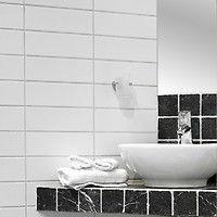 White Glossy er en blank keramisk veggflis i tidløs farge.    Flisen har et tidsriktig format med mål på 10x30. Overflaten er slett  blank hvit. Helheten vil gi et moderne og minimalistisk inntrykk. Egner seg godt  sammen med gulvfliser i både grå- og beigetoner.    White Glossy er perfekt for det moderne hjem. Veggflisen vil gi en moderne og stilren  helhet. Bruk av dekor og variert tilbehør vil lett påvirke det helhetlige  inntrykket. I kombinasjon med mørke vegg- og gulvfliser vil ...