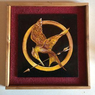 Ecco la novità del giorno!!! Quadretto di Hunger Games realizzato in legno e dipinto a mano ❤️ lo potete ordinare qui o sulla nostra pagina fb Le Creazioni di Anaron il Pellegrino. #handmade #fattoamano #pittura #painting #hungergames #thehungergames #ghiandaiaimitatrice #kathnys #tributi #distrect12