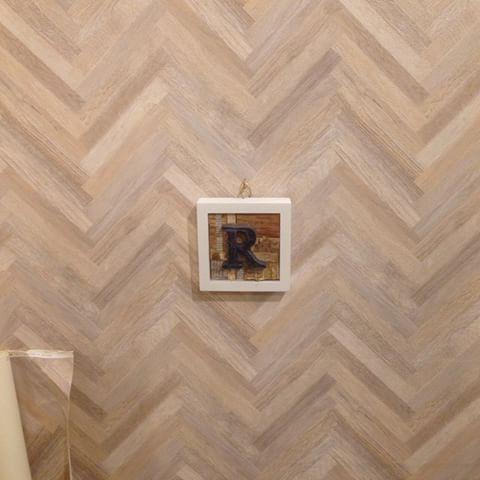 人気のヘリンボーンが壁紙で登場しました☝︎今回は壁に貼りましたが天井に貼っても良い空間になると思います‼︎ . #壁紙 #リリカラ LV-6334 #ヘリンボーン#柄 #ヴィンテージ #福岡#薬院#美容室#内装 #アクセントウォール #インテリア#模様替え #壁紙木目シリーズ  #今日の壁紙