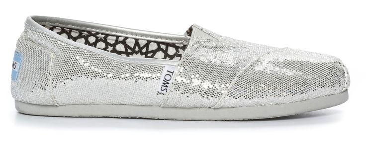 TOMS tekstiiliespadrillot 59 €. Kun ostat parin, TOMS antaa yhdet kengät tarpeessa olevalle lapselle. Nilson Shoes, 2. krs.