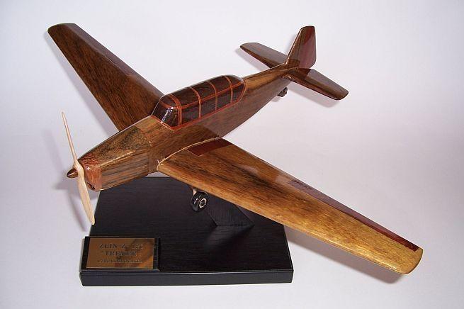Model letadla ze dřeva ve vzletové poloze včetně stojánku s věnováním.  ZLIN Z-126 TRENER