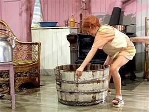 Pippi putzt den Boden der Villa Kunterbunt