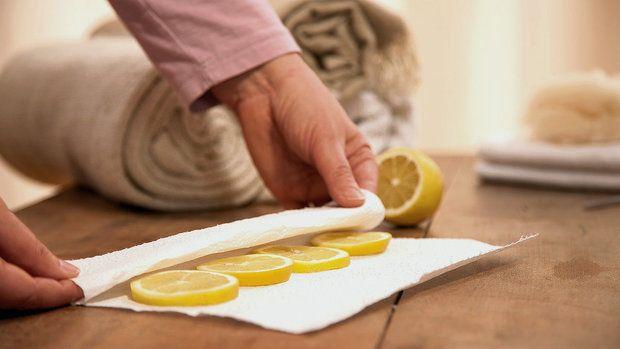 """Citrón je starý osvědčený prostředek na bolení v krku a chrapot. Jeho šťáva osvěžuje a chladí, což je příjemné, a tlumí bolest. Zánět mandlí nebo krku lze citrónovými zábaly účinně """"likvidovat"""" nebo alespoň mírnit."""