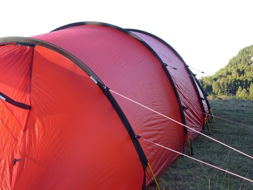 Monter une tente tunnel par vents violents