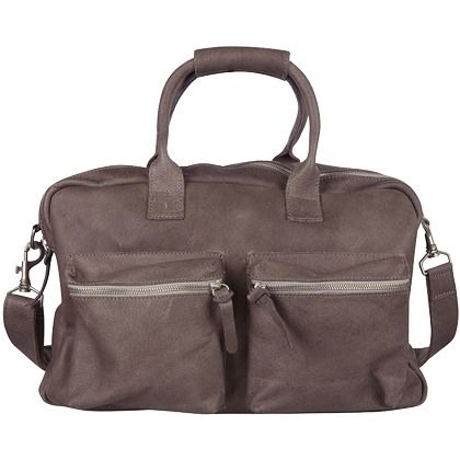 Handtas in het bruin van Cowboysbag. Het is een stoere handtas, ideaal als werk- of schooltas. De tas heeft een extra lang hengsel en twee grote voorvakken. Hier kun je alle spulletjes in kwijt ♥