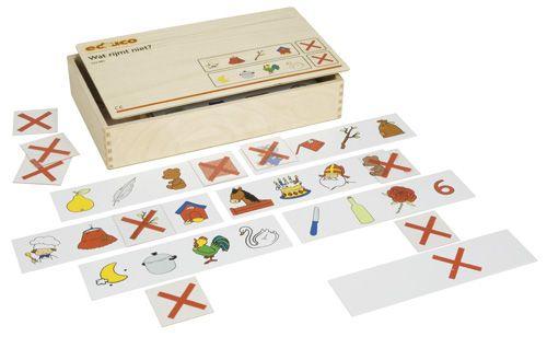 --- wat rijmt niet ---522983 Met behulp van Wat rijmt niet oefenen kinderen de auditieve synthese. Op de opdrachtstroken staan steeds 4 rijmwoorden waarvan er 1 niet op de andere 3 rijmt. De kinderen geven aan welk woord dit is door er een rood kruis onder te leggen. Met zelfcontrole.  Inhoud:   24 opdrachtstroken, 24 transparante kaartjes met een rood kruis.  Formaat kist: 34 x 20 x 6 cm (l x b x h).