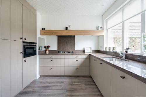 Licht Grijze Landelijk Moderne Keuken Met Houten Laden