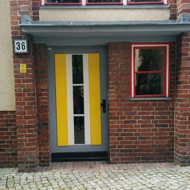 Guten Morgen!Eingang ins HausN36. Welterbe Wohndstad Carl Legien(1928-1930) Das Leben in der Metropole im 1920 war hart: in Berlin wohnten durchschnittlich drei Personen in jedem Zimmer die meisten Wohnungen bestanden nur aus dem einem Raum und einer kleine Küche nur10% hatten einen Bad mehr als die Hälfte keine eigene Toilette. Die Wohnstadt sollte als Teil einer neuen städtische Leben werden  mit genügend Platz Licht und Farbe.#carllegien #bauhaus#welterbe#berlinermoderne. 2008 wurde sie…