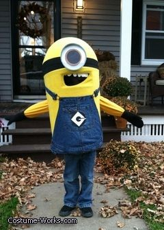 BAHAHAHAHAHA DESPICABLE ME MINION COSTUME OUT OF A GARBAGE CAN HAHAHAHAHAHAHAH GENIUS