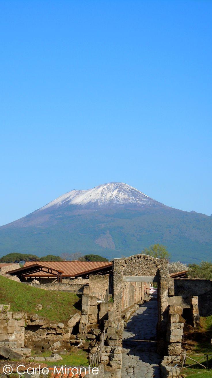 Pompeii ruins; mount Vesuvius with snow.    Pasquetta, Vesuvio con la neve da Pompei scavi