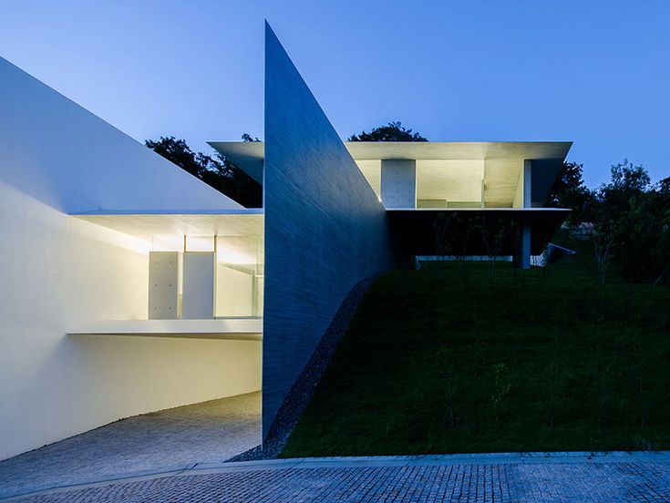 using six intersecting slabs of white-painted concrete, YA house separates the inhabitant from its immediate surroundings by existing between the planes.