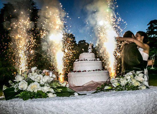 Matrimonio.it | #Taglio della #torta! #Fuochi #Fireworks #love #cake #wedding #kiss