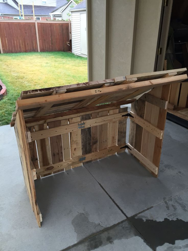 Outdoor pallet wood creche for manger. Breaks down into two pieces easily.