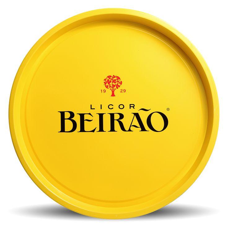 O Licor Beirão volta a ter uma bandeja disponível para os seus fãs! Desta vez em amarelo, antiderrapante e em bom estilo vintage. Abre o nosso livro de cocktail