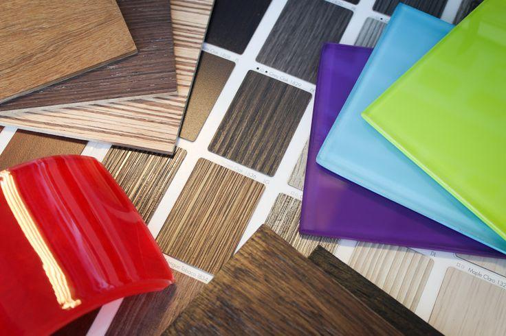 Recuerda que las superficies de las mesas tipo pedestal, y en general en la mayoría de superficies horizontales, tienes un catálogo amplio de acabados. Conócelos en nuestra pagina web.