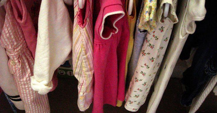 Como conseguir roupas de bebê de graça. Crianças crescem muito rápido e roupas de bebê não são baratas, mas você deve ter muito com o que se preocupar do que com quais roupas irá colocar no neném. Se não se importar com roupas de segunda mão, e gosta bastante de economizar dinheiro, conseguirá encontrar roupas gratuitas para seu bebê.