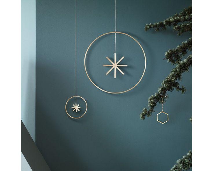 Der Winterland Messingstern des dänischen Herstellers fermLIVING sorgt für weihnachtlichen Glanz in Ihrem Zuhause. Dieses zeitlos gestaltete Ornament, gefertigt aus massivem Messing, kann sowohl am Fenster oder der Wand, als auch frei im Raum oder am Weihnachtbaum aufgehängt werden.