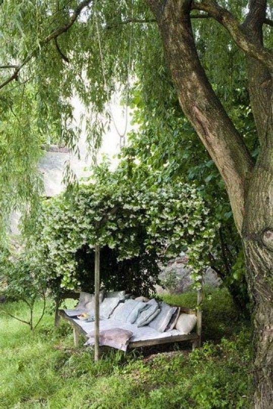 tuin ideeen | Romantische bed met begroeing. Door fryskefenna