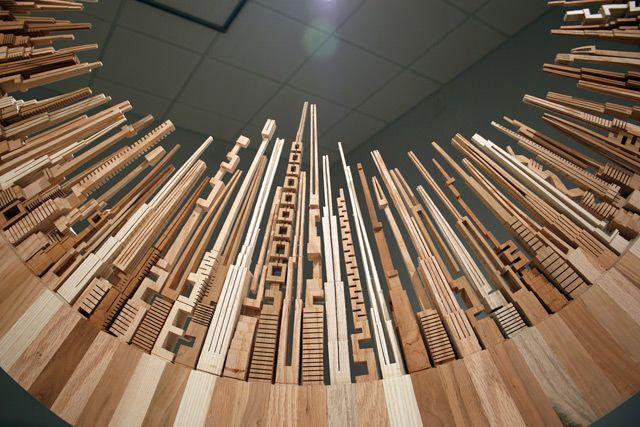 Van houtafval maakt James McNabb wolkenkrabbers die hij vervolgens samenvoegt tot houten steden. Deze hebben vaak een bijzondere vorm, zoals een cirkel of een tafel. Het bijzondere is dat de torens gemaakt zijn met een [...]