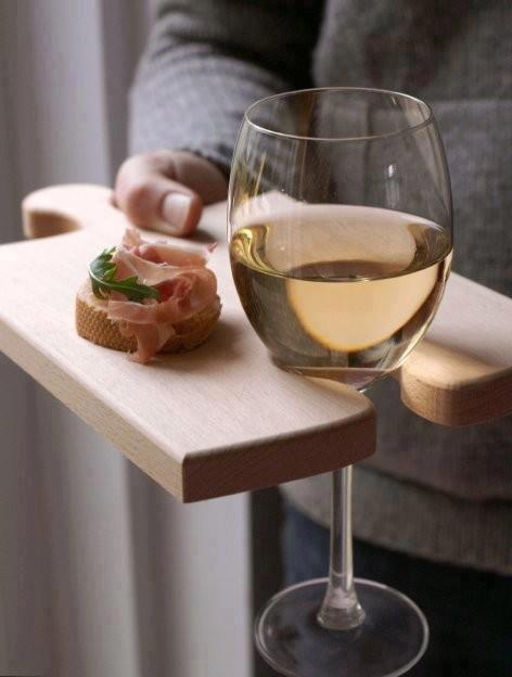 Esta tabla para compartir una copa de vino y tapas o quesos es una buena idea para una reunión con amigos ¿Qué te parece? @ClubPomar