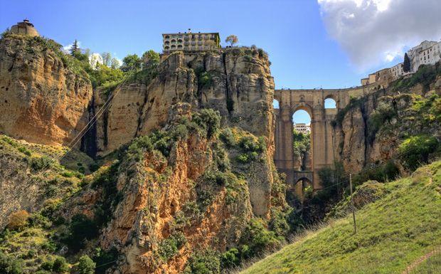 Ronda városa a bikaviadaljairól, a királyi lovasságáról és a monumentális hídjáról ismert