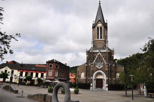 L'église a Tilff. Tilff est le premier village de la vallée de l'Ourthe aux portes de l'Ardenne à quelque 12 km au sud de Liège, 45 km de Maastricht (Pays bas) et 65 km d'Aachen (Allemagne). D'un accès facile pour les touristes belges et étrangers qui empruntent, notamment, l'autoroute des Ardennes.  Cette localité, terre de tradition et de folklore, a le privilège d'abriter depuis quarante ans, un musée consacré à l'abeille unique en Wallonie. Elle est aussi le point de départ de…