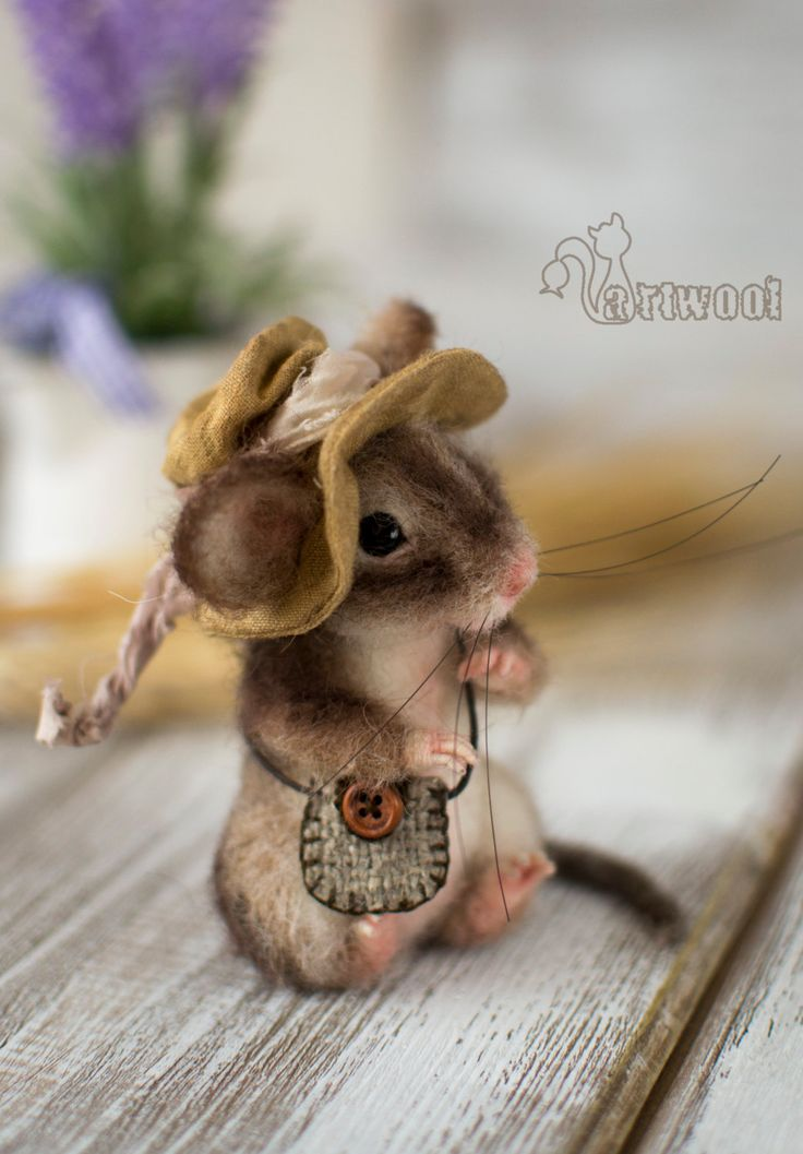This needle felted Mouse is a perfect present for mouse collectors and mice lovers. This country mouse carries a small bag and wears a hand sewn cotton hat. This toy mouse has got glass eyes and handsculptured nose. His back legs are posable and you can turn them to make him sit or stand. Each of 16 fingers and tail have armature inside it. His whiskers are made from special filament. This needlefelted miniature Mouse is approx. 10 cm (3,9 inches) high. All accessories are made entirely…