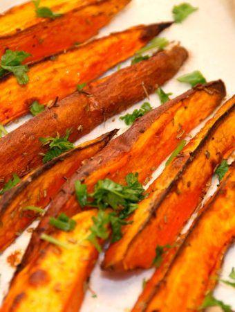 Prøv de lækre ovnbagte søde kartofler med rosmarin som tilbehør til oksefilet, culotte eller en god bøf. De søde kartofler er flotte som tilbehør. Foto: Guffeliguf.dk.