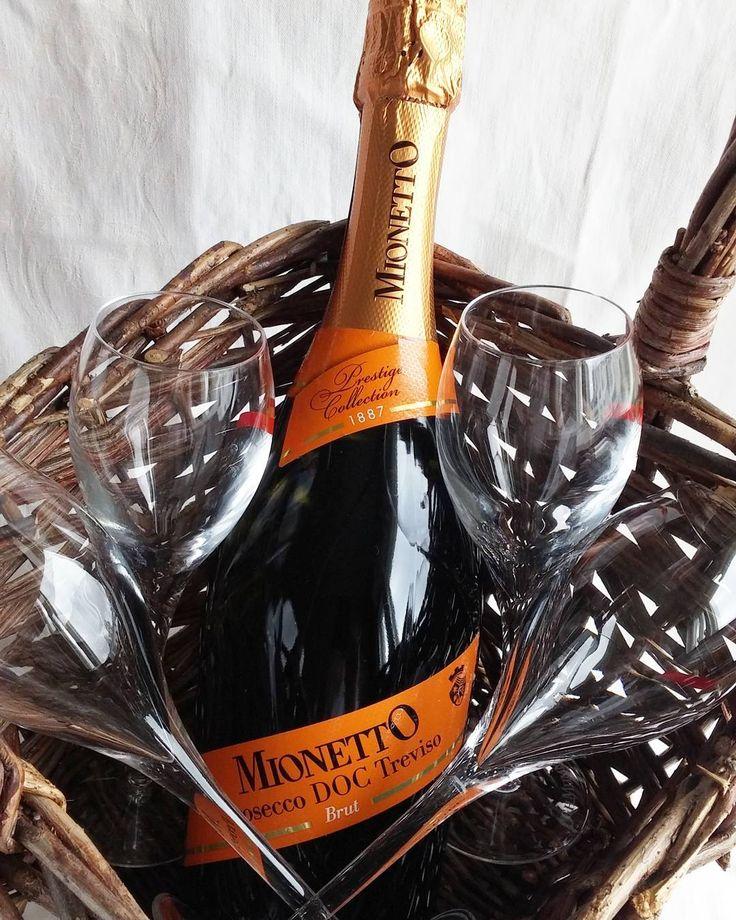 Tässä vasta tuliaiset juhliin. Korissa kätevästi mukaan sekä lahjalasit että pullo. Kuohuvana juhlajuomana Minetto Prosecco DOC Treviso. #kuohuviini #kuplivaa #juhlat #valmistujaiset #skumppa #viini#wines#winelover#winegeek#instawine#winetime#wein#vin#winepic#wine#wineporn herkkusuu #lasissa@mionetto_fi #Herkkusuunlautasella