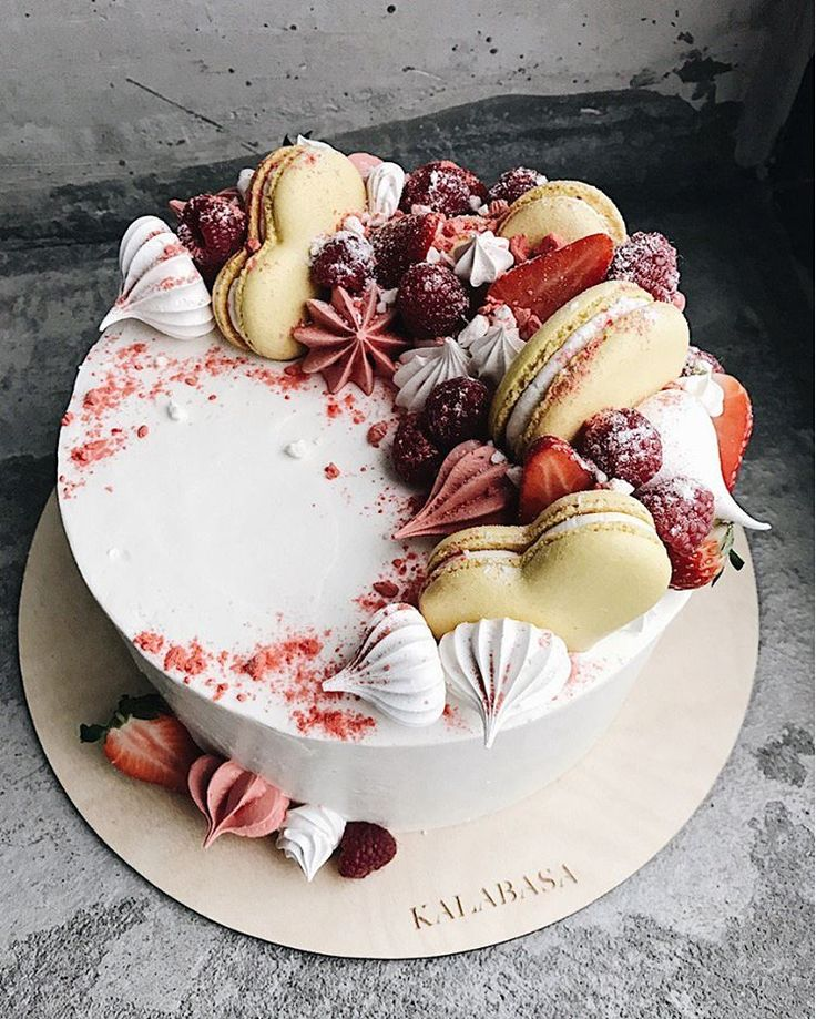 1,653 отметок «Нравится», 4 комментариев —  Торты на заказ, кондитерская (@kalabasa) в Instagram: «Наш яркий Сливочно-Сырный торт на бисквите с белым шоколадом и черничным…»