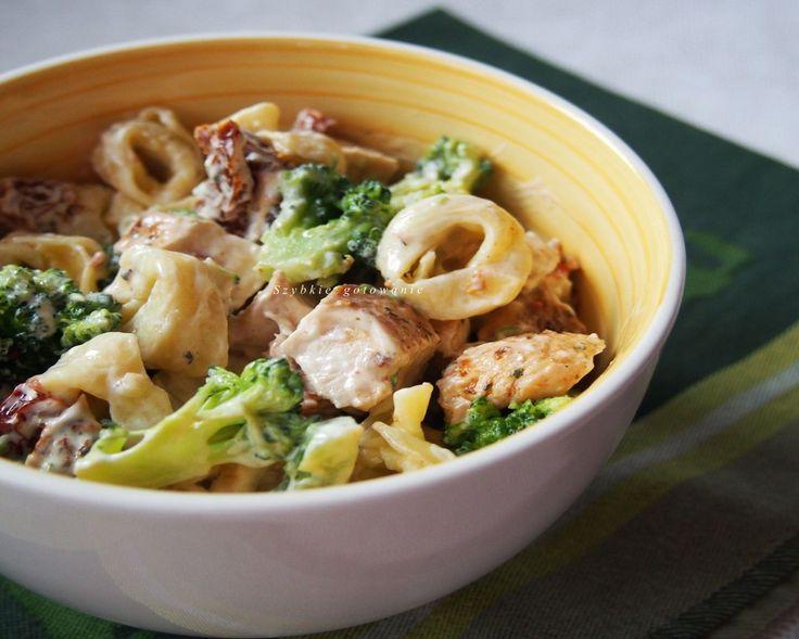 Szybkie gotowanie: Sałatka imprezowa z tortellini, kurczakiem i brokułem